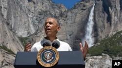 Predsjednik Barack Obama ispred velikog slapa u nacionalnom parku Yosemite.