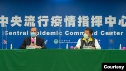 """美国卫生部长阿扎尔(左)与台湾的卫生部长陈时中在台北见证美、台""""卫生合作备忘录(MOU)""""的签署仪式。 2020年8月10日图片(台湾卫生福利部提供)"""