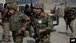 Tentara Afghanistan bergegas menuju lokasi serangan militan Taliban di salah satu TPS di pinggir kota Kabul (29/3).