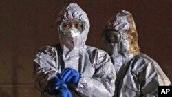 Dužnosnici danas u zaštitnim odijelima pokraji nukelarne elektrane Fukushima