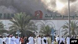 Khói bốc lên từ siêu thị bị đốt cháy ở tây bắc Sohar, ngày 28/2/2011