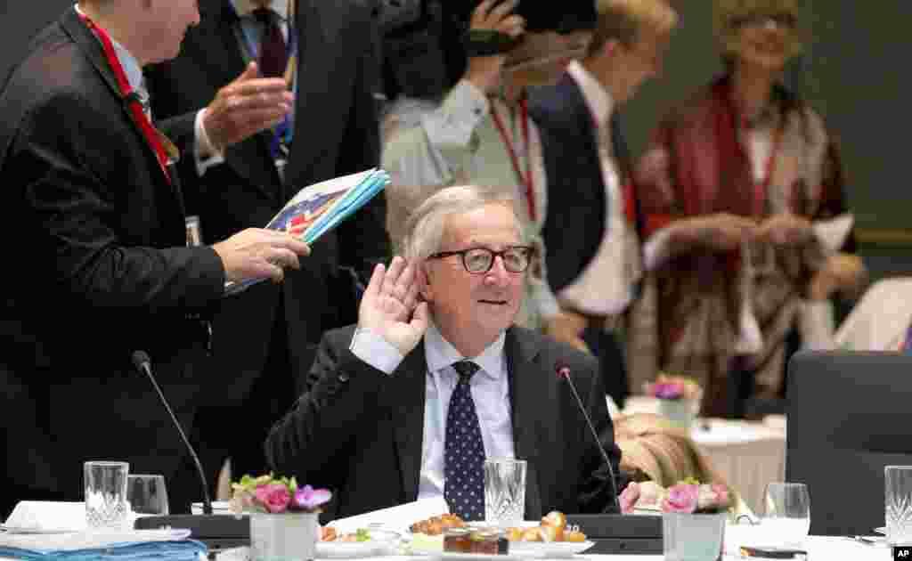 ژان کلود یونکر، رئیس کمیسیون اتحادیه اروپا بر سر میز صبحانه در بروکسل محل برگزاری نشست رهبران اروپا