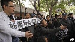 9일 중국 광둥성 광저우 '남방주말' 사옥 앞에서 당국의 검열에 항의하는 시위대.