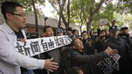 Người biểu tình đụng độ với cảnh sát trước tòa soạn của Nam Phương Tuần Báo, ngày 9/1/2013.