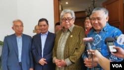 Delegasi perundingan perdamaian Front Pembebasan Islam Moro (MILF) saat diterima Ketua MPR RI, Taufik Kiemas (kedua dari kanan) dan Ketua Umum PP Muhammadiyah Din Syamsuddin (kanan).