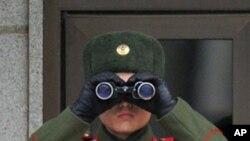 남측을 주시하는 판문점의 북한 경비병 (자료사진)
