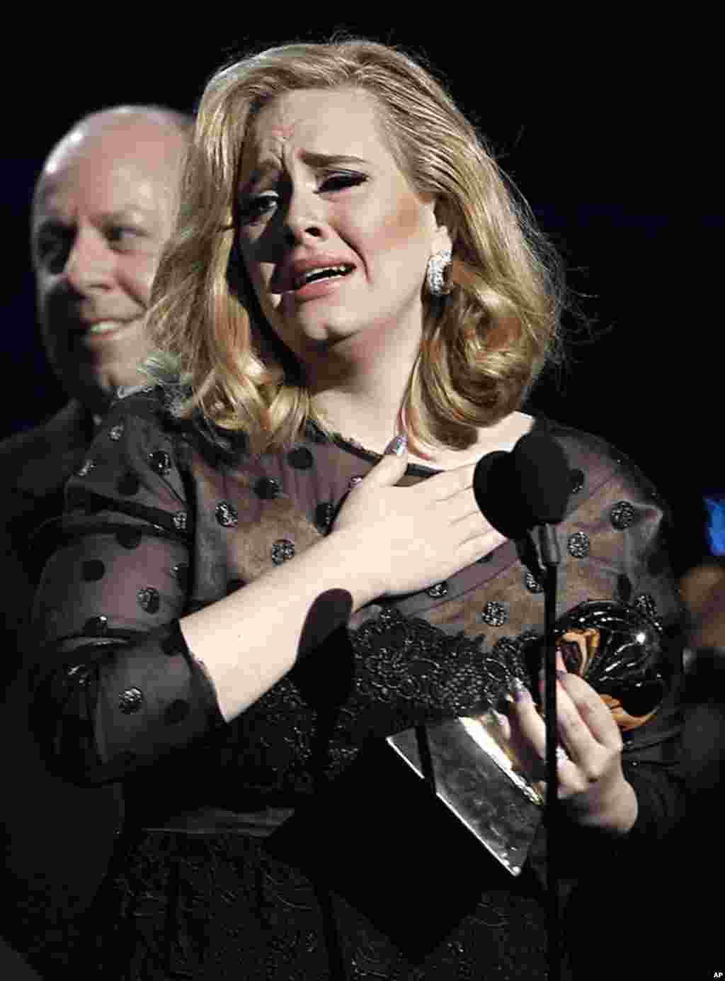 """2月12号,阿黛尔在洛杉矶格莱美颁奖典礼上以""""Rolling in the Deep""""获得年度最近唱片奖。 (AP Photo/Matt Sayles)"""