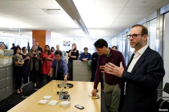 Stephen J. Adler, jefe de redacción de Reuters, se dirige a la sala de redacción después de que Reuters recibió dos Premios Pulitzer por sus reportajes internacionales y fotografía de noticias de última hora, en la ciudad de Nueva York, Estados Unidos, 15 de abril de 2019.