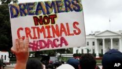 """Un rótulo durante una protesta frente a la Casa Blanca: """"Los dreamers no son criminales"""", dice. El presidente Trump podría anunciar el fin del DACA."""