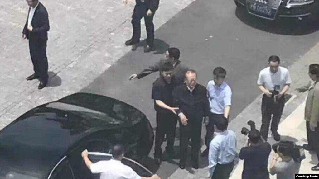 江泽民走下汽车,据说是2017年5月28日访问上海科技大学(微博图片的一部分)