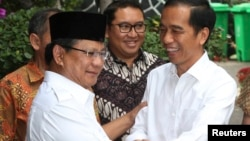 Presiden Joko Widodo menyambut Prabowo Subianto dalam pertemuan usai pemilu 2014, 17 Oktober 2014.