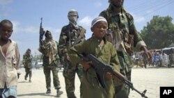Seorang anak laki-laki memimpin kelompok Islam garis keras al-Shabab dalam suatu pelatihan militer di utara Suqaholaha, Mogadishu, Somalia (Foto: dok).
