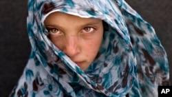 Una niña siria refugiada de Deir el-Zor, posa para una fotografía en un campamento de Jordania cerca de la frontera con Siria. El gobierno sirio tiene sitiada la población de donde la menor huyó, y no permite la ayuda humanitaria.