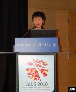 夏东华在维也纳国际艾滋病大会上发言