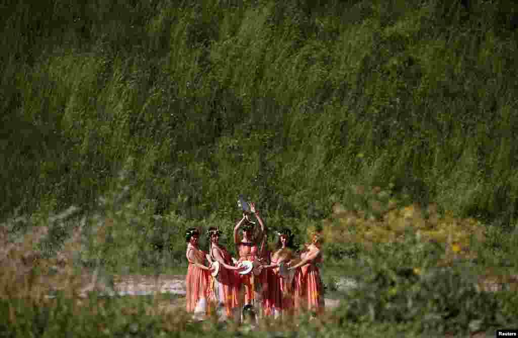 Para anggota 'Gruppo Storico Romano' (kelompok sejarah Roma) berpakaian tradisional untuk memperingat HUT berdirinya kota Roma ke-2.770 (Roma didirikan pada 21 April 753 SM).