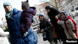 Keluarga migran Suriah tiba di Berlin, Jerman (foto: ilustrasi). Pihak berwenang Jerman mendapati peningkatan jumlah anak-anak migran yang mengaku telah menikah.