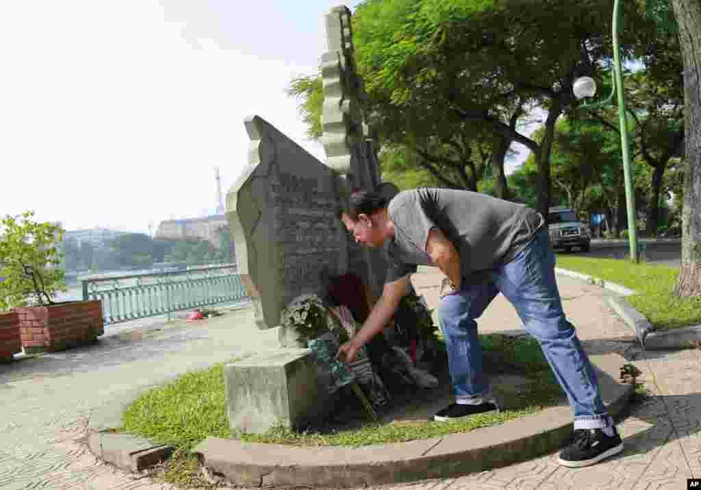 یک مرد مکزیکی در «هانوی» در ویتنام گلی برای یادبود مک کین می گذارد. مک کین در جوانی خلبان بود و توسط نیروهای ویتنام شمالی اسیر شده بود.