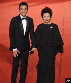 香港演员刘德华(左)和叶德娴抵达金马奖颁奖地点--新竹市文化局演艺厅。刘德华和叶德娴分别成为金马奖的影帝和影后