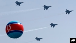 지난 2012년 4월 북한 김일성 주석 탄생 100주년을 맞아 평양 김일성 광장에서 열린 군사 퍼레이드에서 북한 전투기가 시험비행을 펼쳤다. (자료사진)