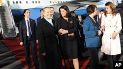Хиллари Клинтон (вторая слева) в аэропорту Косово