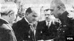 Atatürkdən nümunə götürən Rza Şah çadra geyməyi qadağan etdi və ərəb sözlərini fars dilindən yığışdırmaqla ölkədə millətçiliyi gücləndirməyə çalışdı.
