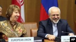 14일 오스트리아 빈에서 이란과 주요 6개국의 핵 협상에 앞서 양측 수석대표인 자바드 자리프 이란 외무장관(오른쪽)과 캐서린 애슈턴 유럽연합 외교안보 고위대표가 담소를 나누고 있다.