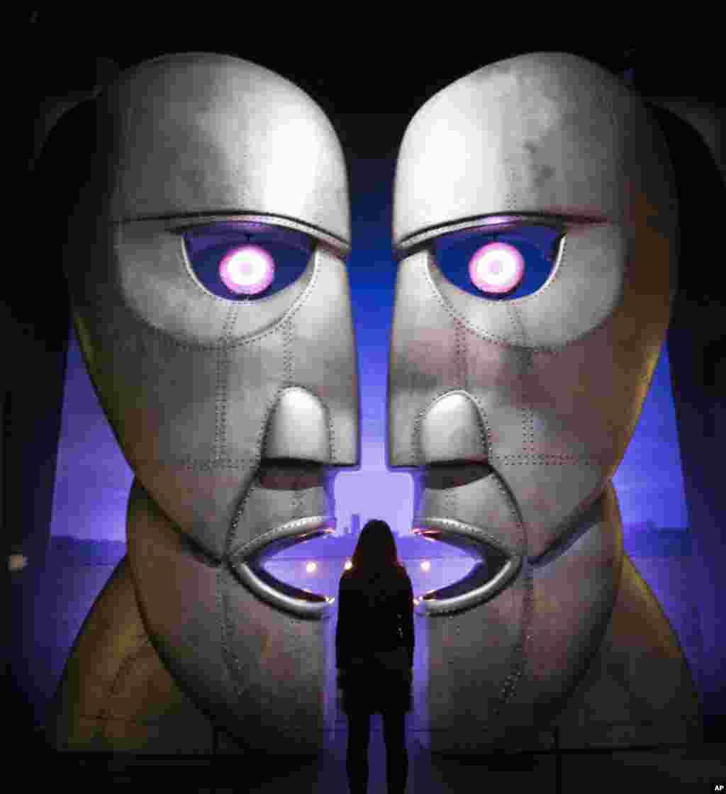អ្នកធ្វើការនៅក្នុងសារមន្ទីម្នាក់ឈរនៅខាងមុខរូបក្បាលធ្វើពីដែកមួយមកពីអាល់ប៊ុមថ្មីនៃក្រុមតន្រ្តីរ៉ក់ Pink Floyd «Division Bell» នៅក្នុងការតាំងបង្ហាញរបស់ក្រុមតន្រ្តីនេះនៅសារមន្ទី V&A ខាងលិចទីក្រុងឡុងដ៏។