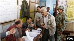 Warga sekitar Shubra, Kairo, mendaftarkan diri untuk memilih di Tempat Pemungutan Suara (28/11).