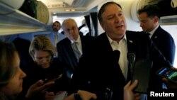 Майк Помпео беседует с журналистами перед вылетом из Турции