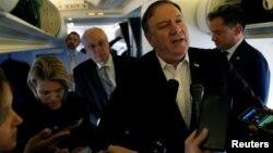 Menlu AS Mike Pompeo berbicara kepada wartawan di atas pesawat saat pesawatnya mengisi bahan bakar di Brussels, Belgia (17/10).