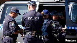 Polisi Australia saat melakukan penggerebekan rumah terduga teroris di Sydney (18/9).