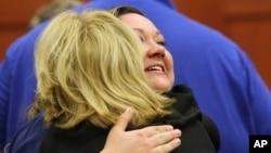 Shellie Zimmerman es abrazada por una de los abogados de su marido, George Zimmerman al conocerse el veredicto de no culpable en el caso de Trayvon Martin. Shellie habla ahora de separación.
