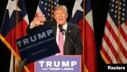 Ứng cử viên Tổng thống Đảng Cộng hòa Donald Trump phát biểu trong một buổi mít tinh ở Houston