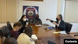 Enviado de EE.UU. a Haití, Daniel Foote, se reúne con jefe de la policía Leon Charles. [Foto tomada de la cuenta de Twitter de la Policía Nacional, publicada el 24 de julio de 2021.