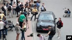 에드워드 스노든이 에콰도르 망명신청을 한 것으로 알려진 가운데 취재진들이 에콰도르 대사의 차량 앞에서 기다리고 있다