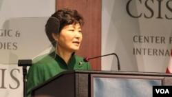 박근혜 대통령이 15일 오후 워싱턴의 CSIS에서 연설하고 있는 모습