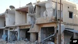 Nhà cửa và hàng quán ở ở thị trấn Rastan, tỉnh Homs bị quân đội chính phủ pháo kích