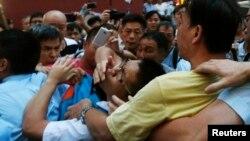 Sukobi građana koji podržavaju demonstracije i onih koji im se protive u glavnoj trgovačkoj četvrti Mongkok