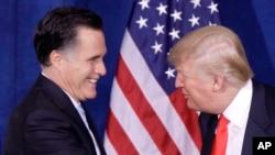 2012年2月2日,川普在记者会上宣布支持共和党总统候选人罗姆尼之后,迎接罗姆尼