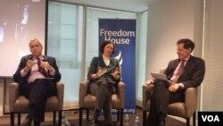 """从左至右:自由之家主席拉根,美国笔会中心言论自由项目主任卡勒卡和""""正义研究会""""创始人兼总裁普雷希特星期四在""""自由之家""""举办的""""香港目前面临的挑战和民主未来""""研讨会上。(美国之音杨明拍摄 2016年2月25日)"""