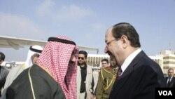 PM Irak Nuri al-Maliki saat menerima PM Kuwait Sheikh Nasser al-Mohammad al-Sabah di Baghdad (foto: dok). Irak harus membayar korban kompensasi perang akibat penyerbuan Irak ke Kuwait tahun 1990.