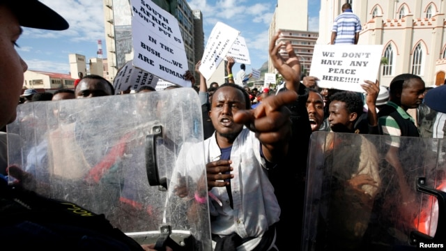 Somali nationals demonstrate outside Parliament in Cape Town against recent xenophobic attacks, (File photo).