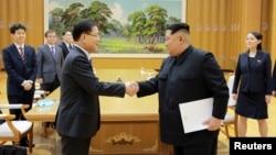 김정은 북한 국무위원장(오른쪽)이 지난달 5일 한국 정부 특사로 방북한 정의용 청와대 국가안보실장과 악수하고 있다.