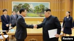 朝鲜领导人金正恩(中右)与到访的韩国特使、国家安全办公室负责人郑义荣握手。(2018年3月5日)