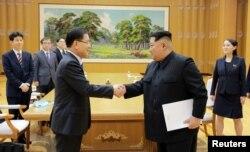 지난 2018년 3월 문재인 한국 대통령의 특사로 방북한 정의용 청와대 국가안보실장이 김정은 북한 국무위원장과 악수하고 있다.