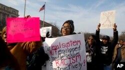 参加12月13号游行的示威者们高喊口号聚集在华盛顿的自由广场
