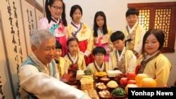 추석을 나흘 앞둔 23일 대전 중구 효문화마을에서 한복을 차려입은 초등학생들이 제사상 차리는 법을 배우고 있다.