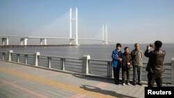 지난 2014년 11월 중국 접경도시 단둥에서 관광객들이 중국과 북한을 잇는 '중조우호교(조중친선다리)'를 배경으로 사진을 찍고 있다. (자료사진)