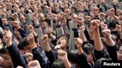 """南京一所高中的学生在听关于升学的励志演讲时喊口号:""""我必须上大学!""""""""爸爸妈妈我爱你!"""""""