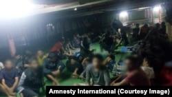 Des migrants et réfugiés refusent de débarquer d'un bateau, dans le port de Misrata (ouest), Libye, 16 novembre 2018. (Amnesty International)